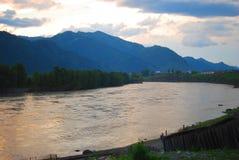 在一座山下的河在日落 库存图片