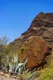 在一座山前面的圆的巨型的冰砾Arteara 库存照片