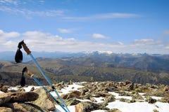 在一座山的一个多雪的山顶的迁徙的杆有一个巨大看法 免版税库存照片