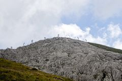 在一座山的上流的雪崩保护在比利牛斯 库存图片