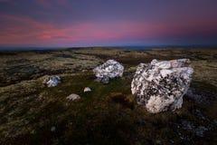 在一座山的上面的大石英岩石在Nordgruvefeltet是 库存图片
