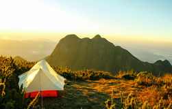 在一座山的上面的帐篷有一个好的看法 免版税图库摄影
