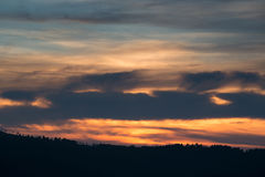 在一座山的上面的日落在巴法力亚森林里 库存照片