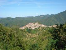 在一座山的上面的村庄修造在意大利 免版税库存图片