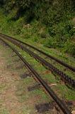 在一座山的上面的齿轨铁路在一个晴天 齿轨铁路轨道 乌塔卡蒙德,印度, Nilgiri 免版税库存照片