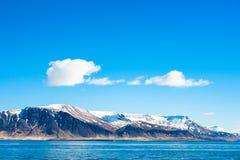 在一座山的天空在海洋 免版税库存照片