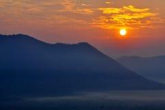 在一座山的日出在破晓 免版税库存照片