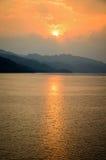 在一座山的日落在湖 免版税库存图片