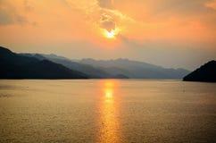 在一座山的日落在湖 库存照片