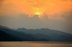 在一座山的日落在湖 库存图片