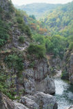 在一座山的狭窄的小径沿河Ardeche 图库摄影