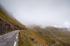 在一座山的窄路,与雾 图库摄影