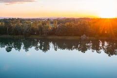 在一座山的美好的秋天与太阳光亮的低谷森林 库存图片