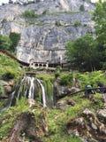 在一座山的美妙的桥梁在瑞士 免版税库存图片