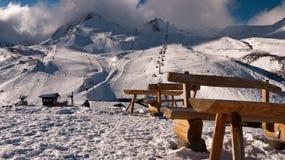 在一座山的背景的长凳与云彩的 免版税图库摄影