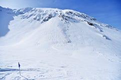 在一座山的蓝旗信号在冬天 免版税库存图片