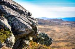 在一座山的边缘的岩石与开放范围的 免版税库存照片
