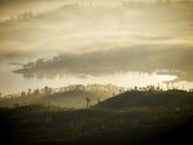 在一座山的金黄日出在亚洲 库存照片