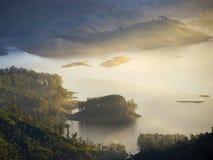 在一座山的金黄日出在亚洲 图库摄影