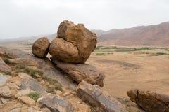 在一座山边缘的大岩石在沙漠 免版税库存图片