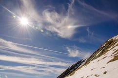 在一座山边缘的蓝天在春天 免版税库存照片