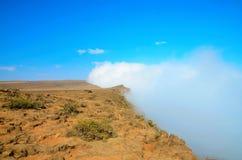 在一座山顶部有在云彩的看法 免版税库存图片