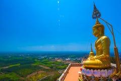 在一座山顶部的一个菩萨雕象在Krabi 免版税库存图片