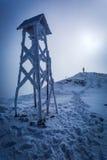 在一座山顶部的人在冬天 库存图片