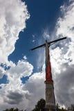 在一座山顶部的宗教十字架在秘鲁 免版税库存照片