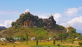 在一座山顶部的寺庙与金黄雕象 免版税库存照片