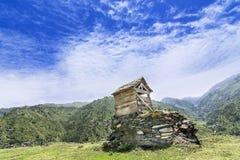 在一座山顶部的小小屋在Janjehli谷 库存图片