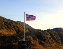 在一座山顶部的挪威旗子在卑尔根市 免版税库存图片