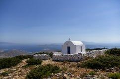 在一座山顶部的教堂在Iraklia海岛,基克拉泽斯,希腊 库存图片