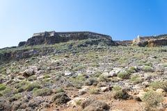 在一座山顶部的老堡垒在克利特海岛上  免版税库存图片