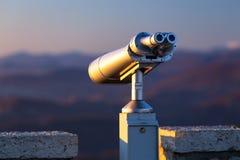 在一座山Akhun的固定式双筒望远镜在索契 俄国 图库摄影