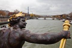 在一座巴黎人桥梁的雕塑 免版税图库摄影