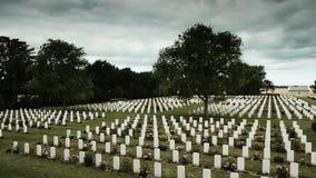 在一座战士公墓的加拿大纪念十字架在法国 影视素材