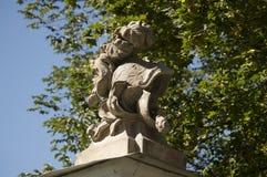 在一座新的城堡的门的雕刻的构成在市哥罗德诺 图库摄影