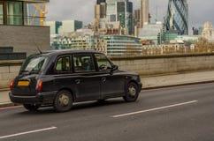在一座桥梁在伦敦,在a的一辆符号车的黑伦敦出租汽车 免版税图库摄影