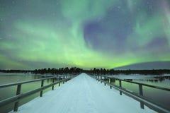 在一座桥梁在冬天,芬兰拉普兰的极光borealis 库存图片