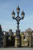 在一座桥梁的一个灯标准在河Ouse在约克 免版税库存图片