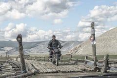 在一座桥梁的一名摩托车骑士在蒙古语 免版税库存图片