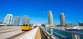 在一座桥梁的出租汽车在迈阿密佛罗里达 库存照片