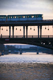 在一座桥梁的地铁在巴黎 库存照片