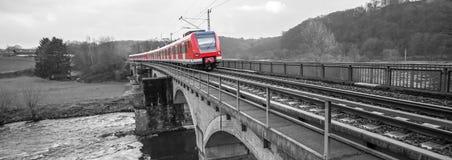 在一座桥梁的德国火车在黑白 免版税图库摄影