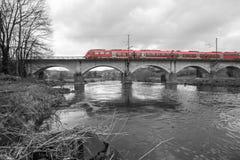 在一座桥梁的德国火车在黑白 库存图片
