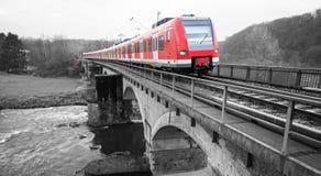 在一座桥梁的德国火车在黑白 免版税库存照片