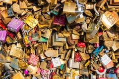 在一座桥梁的恋人挂锁在巴黎 免版税库存照片