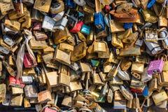 在一座桥梁的恋人挂锁在巴黎 免版税库存图片
