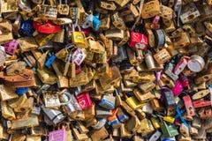 在一座桥梁的恋人挂锁在巴黎 库存图片